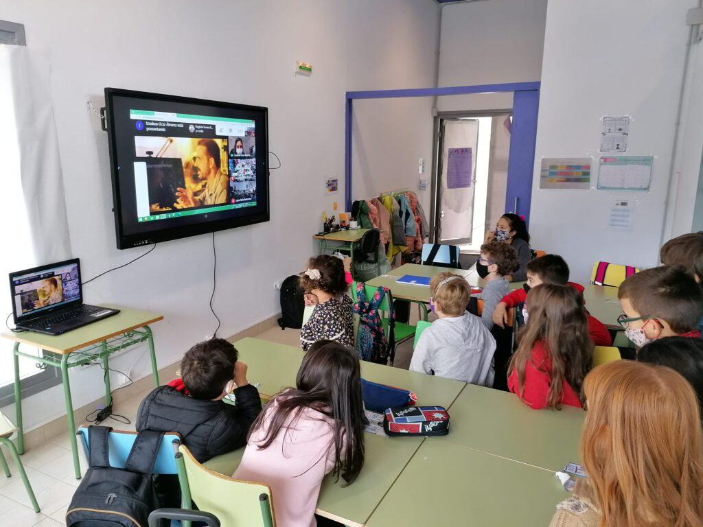 Alumnado de Monreal atendiendo al concierto virtual